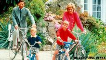 ***Archivbild*** Aug. 21, 2005 - 007694.6-1-1989.SCILLI ISLES.PRINCESS DIANA , PRINCE CHARLES AND SONS WILLIAM AND HENRY ( HARRY ). - 1989. PUBLICATIONxINxGERxSUIxAUTxONLY - ZUMAg49_ 20050821_gaf_a100_079 Copyright: xAlphax Aug 21 2005 6 1 1989 Isles Princess Diana Prince Charles and Sons William and Henry Harry 1989 PUBLICATIONxINxGERxSUIxAUTxONLY 20050821_gaf_a100_079 Copyright xAlphax