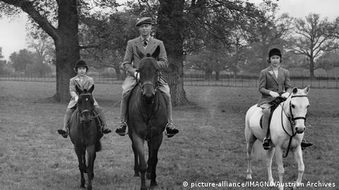 King George VI riding with daughters Elizabeth and Margaret in Windsor Great Park (Photo: picture-alliance/IMAGNO/Austrian Archives)