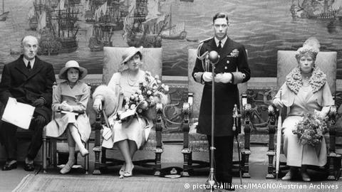 King George VI with Princess Elizabeth, Queen Elizabeth and Queen's Month, Mary (Photo: picture-alliance/IMAGNO/Austrian Archives)
