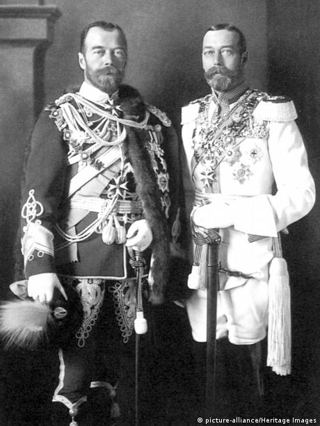 Nicholas II (1868-1918) and his cousin George V (1865-1936) in Berlin (picture-alliance/Heritage Images)