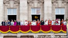 ***Archivbild*** Britain's Camilla, Duchess of Cornwall and Prince Charles, Prince of Wales, Queen Elizabeth II and Prince Philip, Duke of Edinburgh, Prince Harry, Catherine, Duchess of Cambridge and Prince William, Duke of Cambridge with other members of the Royal family on the balcony of Buckingham Palace during the Trooping of the Colour Queen's annual birthday parade in London, Great Britain, 14 June 2014. Photo: Albert Nieboer - NETHERLANDS OUT   Verwendung weltweit