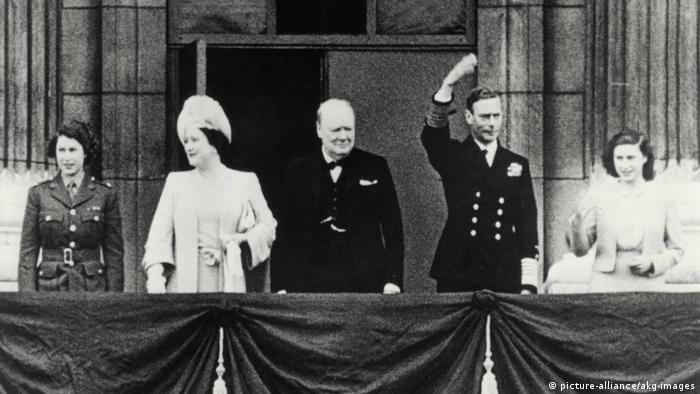 Churchill e a família real no terraço do palácio de Buckingham em maio de 1945