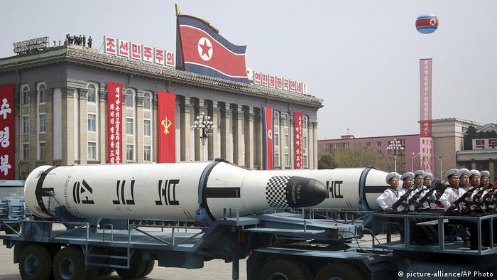 A North Korean ballistic missile at a Pyongyang parade (picture-alliance/AP Photo)