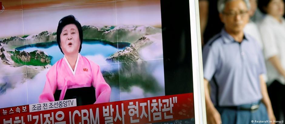 Televisão sul-coreana transmite anúncio feito pela Coreia do Norte sobre o novo teste