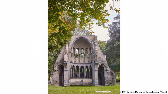 Руина монастыря Хайстербах в Зибенгебирге в Германии.