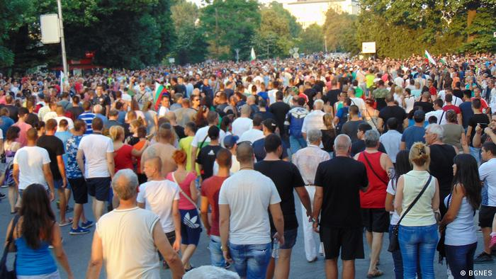 Thousands of people in the street protesting a Roma settlement (BGNES)