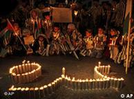 Lichterkette und protestierende Gruppe von Palästinensern  (Foto: AP)