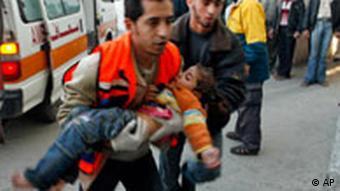 Rettungskräfte mit bei der israelischen Militäroperation verletzten Kind im Gazastreifen (Archiv-Foto: AP)