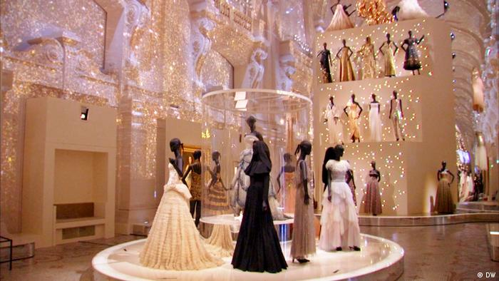 Major christian dior exhibition marks 70 years of iconic for Couture de reve