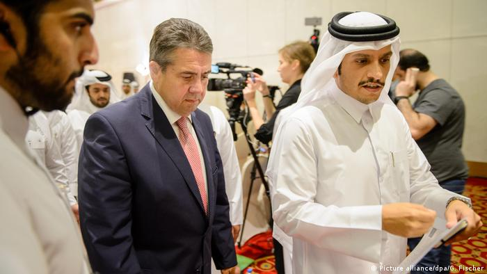 Gabriel und Al-Thani (v. l.) in Doha (Picture alliance/dpa/G. Fischer)