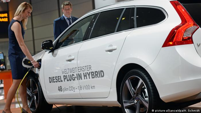 A Volvo plug-in hybrid model, pictured in Leipzig (picture-alliance/dpa/H. Schmidt)