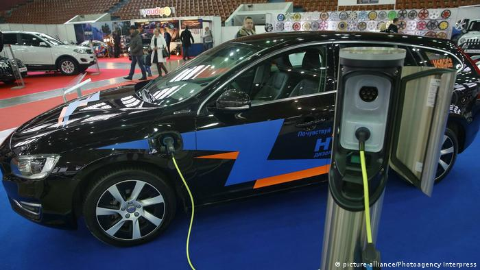 Deutschland Volvo V60 Plug-in-Hybrid bei der International Motor Show in St. Petersburg 2015 (picture-alliance/Photoagency Interpress)