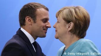 Δεν έκρυψε τη χαρά της η Άγκελα Μέρκελ κατά την πρώτη επίσκεψη Μακρόν στο Βερολίνο λίγες ώρες μετά την εκλογική του νίκη