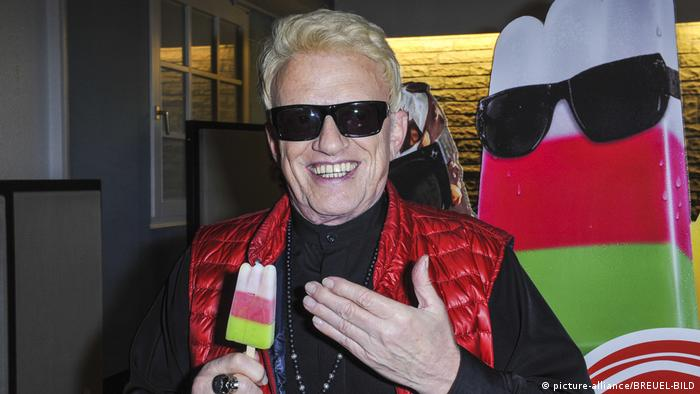 Heino holding a Dolomiti ice cream in his hand (picture-alliance/BREUEL-BILD)