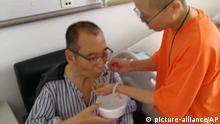 ARCHIV - HANDOUT - Auf diesem neueren, undatierten Foto wird der schwer krebskranke, chinesische Friedensnobelpreisträgers Liu Xiaobo (l) von seiner Frau Liu Xia in einem Krankenhaus in Shenyang (China) betreut. Der Bürgerrechtler leidet unter Leberkrebs im Endstadium. Chinahat nach eigenen Angaben Leberkrebs-Experten aus Deutschland und den USA eingeladen, die den unter Arrest stehenden Friedensnobelpreisträger Liu Xiaobo besuchen sollen. (zu dpa «Ärzte aus Deutschland sollen Liu Xiaobo besuchen dürfen» vom 05.07.2017) Foto: Uncredited/AP/dpa +++(c) dpa - Bildfunk+++ |