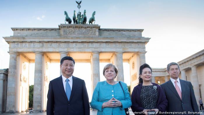 Deutschland China Xi bei Merkel vor dem Brandenburger Tor (Reuters//Courtesy of Bundesregierung/G. Bergmann)