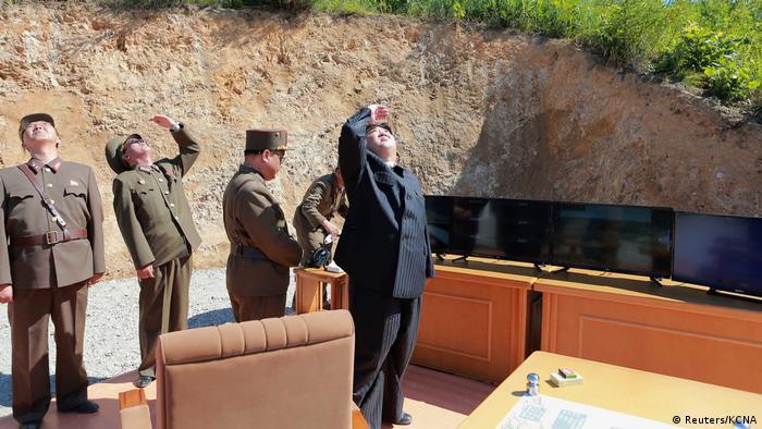 Kuzey Kore lideri Kim Jong Un kıtalararası balistik füze denemesini izliyor