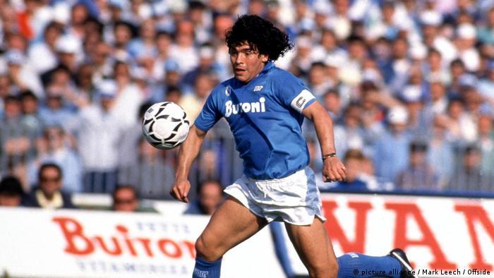 Maradona 1986/87 sezonunda Napoli'de top koştururken