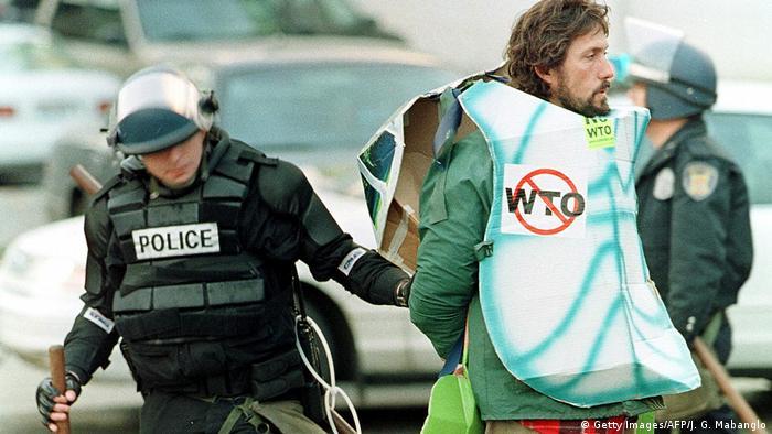 USA Seattle - Proteste vor dem WTO mit Schildkrötenkostüm
