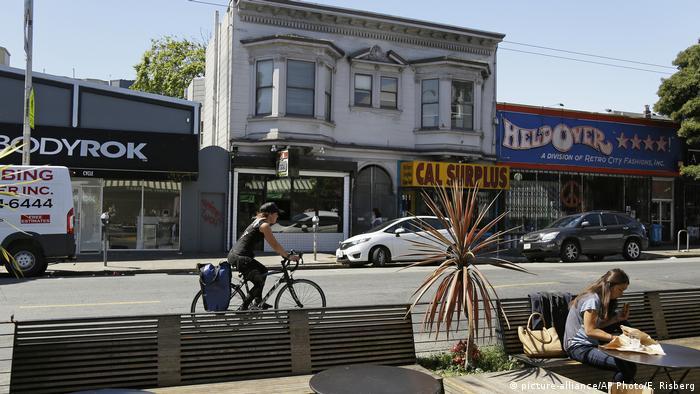 Kuće i ulica u četvrti Haight Ashbury u San Franciscu