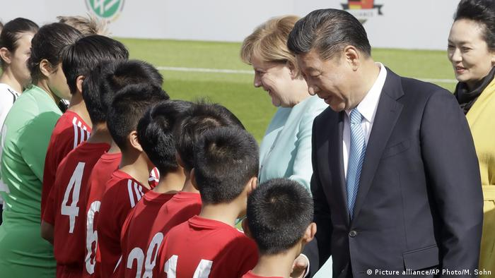 Berlin Fußball U12 Deutschland vs. China | Xi Jinping & Angela Merkel (Picture alliance/AP Photo/M. Sohn)