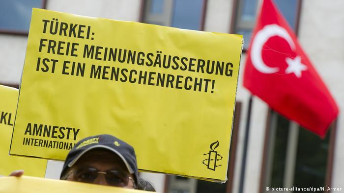 Amnesty International - Protest vor der Türkischen Botschaft in Berlin (picture-alliance/dpa/N. Armer)
