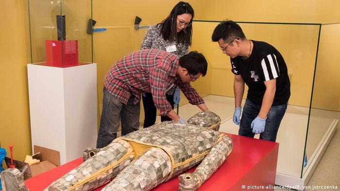 Armadura funerária de jade chinesa de cerca de 2 mil anos é um dos pontos da mostra em Berlim