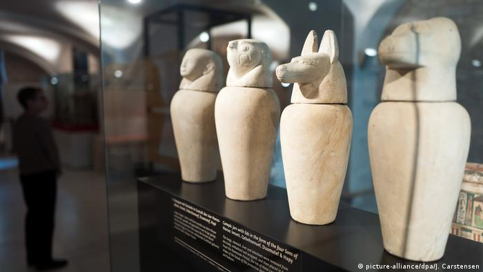 Canopic Jars depict the four sons of the deity Horus the Elder and the deity Isis (1070-940 BC)(picture-alliance/dpa/Carstensen)