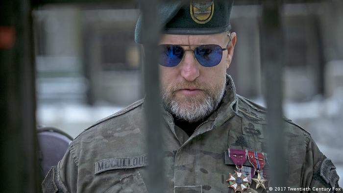 Film Still aus PLANET DER AFFEN: SURVIVAL mit Woody Harrelson in Uniform und Sonnerbrille (War For The Planet Of The Apes) (2017 Twentieth Century Fox)