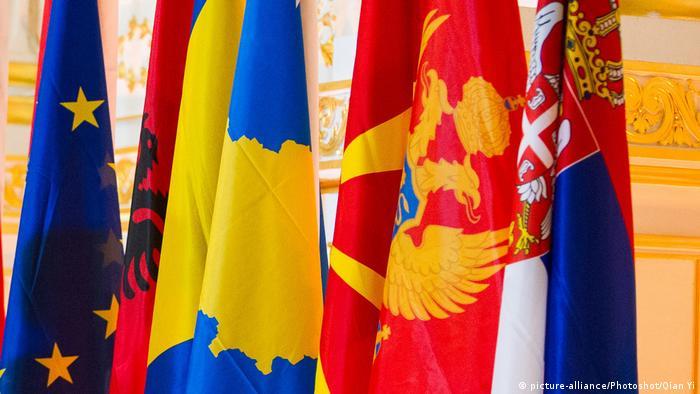 Symbolbild Westbalkan Flaggen (mit EU)