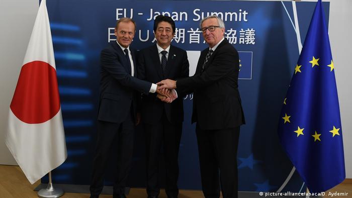 Donald Tusk, do Conselho Europeu (esq), o presidente japonês Shinzo Abe (c) e Juncker durante a cúpula UE-Japão