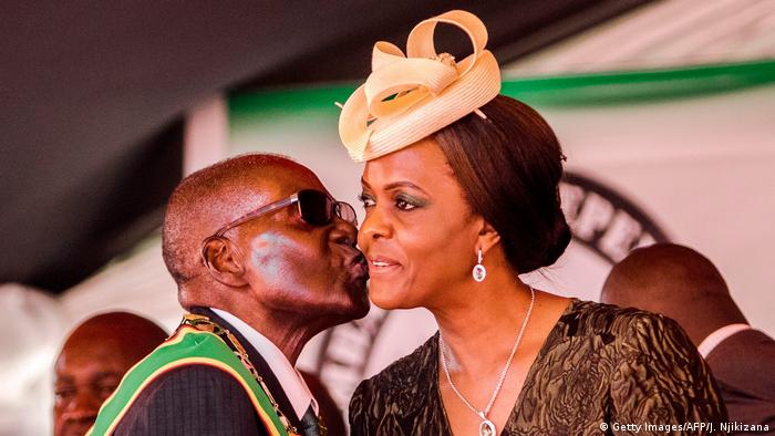 Robert Mugabe kissing his wife on the cheek at his 93. birthday celebration (Getty Images/AFP/J. Njikizana)