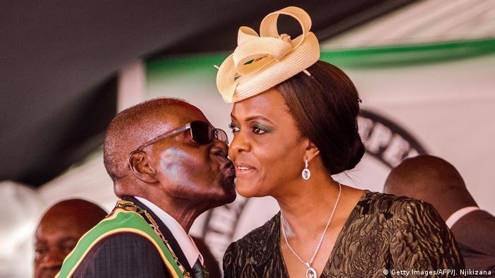 Robert Mugabe beija a esposa, Grace