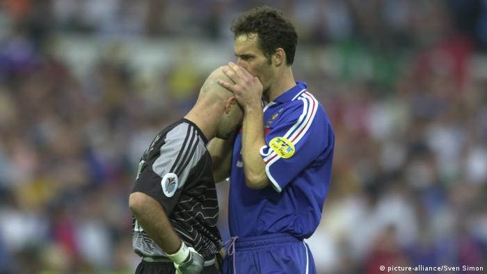 Laurent Blanc kissing Fabien Barthez' shaven head (picture-alliance/Sven Simon)