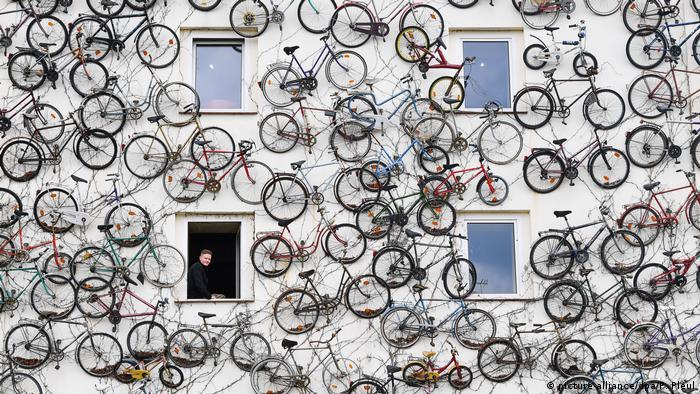 Bikes decorating a facade (picture-alliance/dpa/P. Pleul)