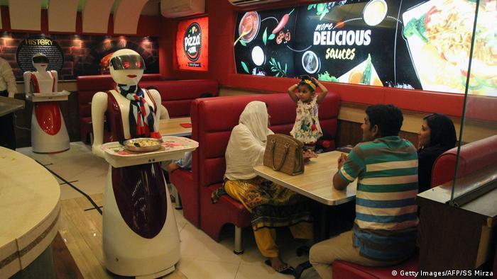 Роботы-официантки в ресторане в Пакистане