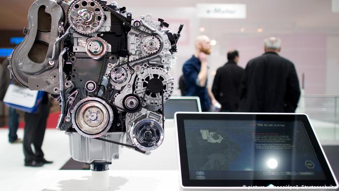 VW TDI diesel engine on display (picture-alliance/dpa/J. Stratenschulte)