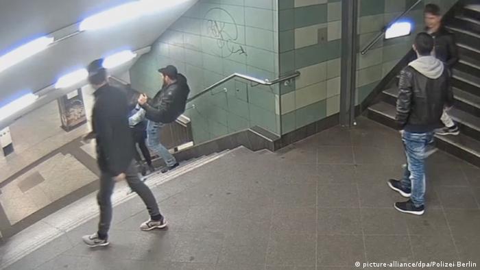 Scenka prosto z życia - atak na młodą kobietę na stacji berlińskiego metra