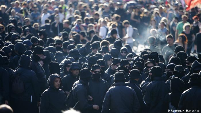 Демонстранты в черных костюмах и очках