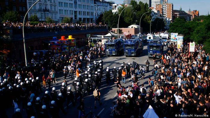 Демонстранты и полицейские