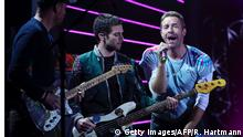 06.07.2017 *** Chris Martin (R) with Coldplay perform on stage during the Global Citizen Festival G20 benefit concert at the Barclaycard Arena in Hamburg, northern Germany on July 6, 2017 on the eve of the G20 summit. Leaders of the world's top economies will gather from July 7 to 8, 2017 in Germany for likely the stormiest G20 summit in years, with disagreements ranging from wars to climate change and global trade. / AFP PHOTO / Ronny HARTMANN (Photo credit should read RONNY HARTMANN/AFP/Getty Images)