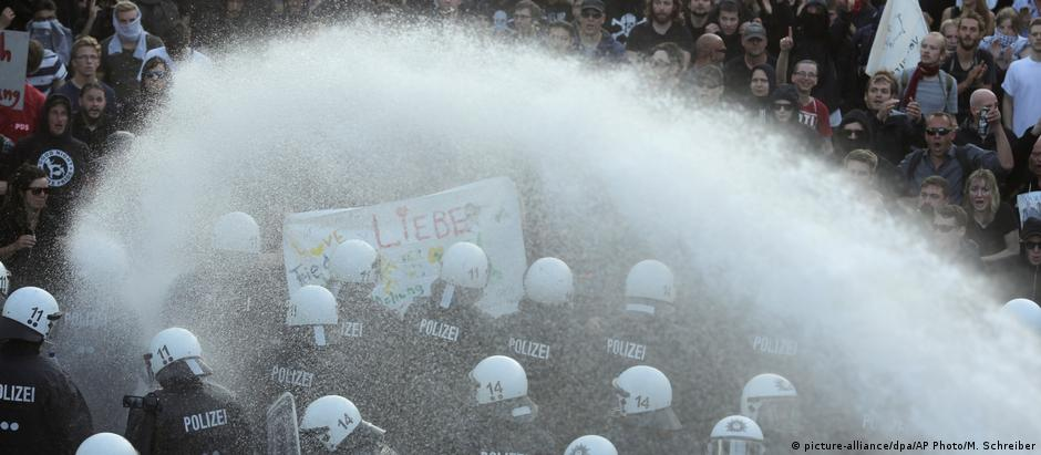 Polícia tem dificuldades para conter diversos protestos em diferentes pontos de Hamburgo