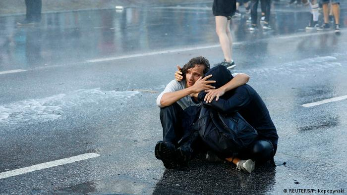 Демонстранты под струей водомета