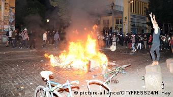 Σκηνικό πολέμου θύμιζαν χτες τη νύχτα κάποιοι δρόμοι του Αμβούργου