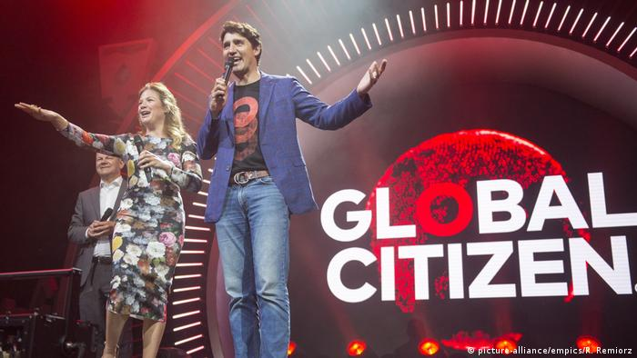 Prime Minister Justin Trudeau and his wife Sophie Gregoire Trudeau introduce Coldplay (picture-alliance/empics/R. Remiorz)