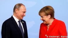 07.07.2017+++ German Chancellor Angela Merkel welcomes Russia's President Vladimir Putin at the G20 summit in Hamburg, Germany July 7, 2017. REUTERS/Carlos Barria