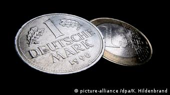 A Deutschmark coin and a one euro coin (picture-alliance /dpa/K. Hildenbrand)