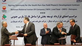 مراسم امضای قرارداد توسعه فاز ۱۱ پارس جنوبی میان ایران و شرکت توتال در ۱۲ تیر ۱۳۹۶