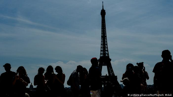 Paris Touristen Eiffelturm (picture-alliance/NurPhoto/A. Widak)
