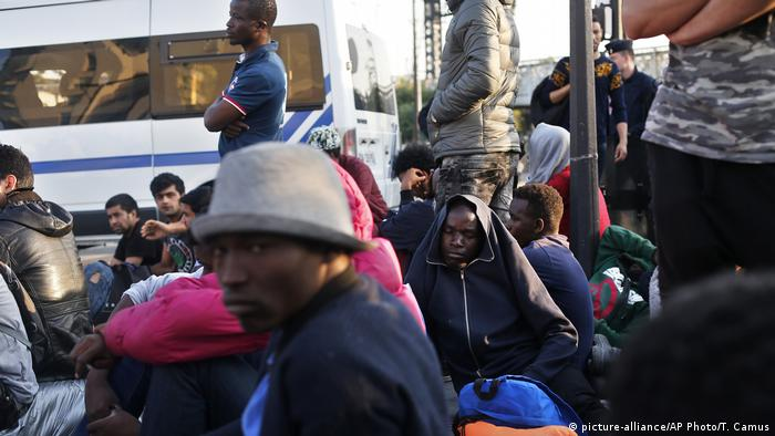 Frankreich Paris Migranten Flüchtlinge Camp Evakuierung (picture-alliance/AP Photo/T. Camus)